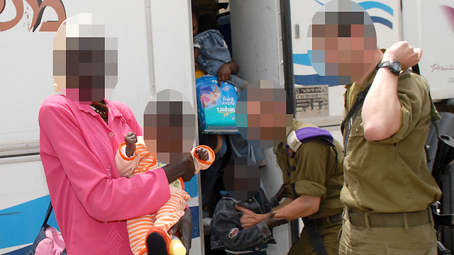 IDF soldiers with refugees on the Egypt border (Photo: Meir Azulay) (Photo: Meir Azulay)