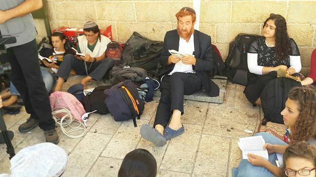 Jewish worshipers, including MK Yehoda Glick, praying outside the Temple Mount complex (Photo: Returning to the Mount)