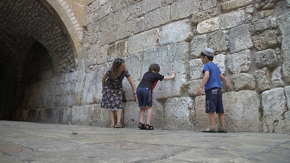 """""""ילדינו מתנהלים על פי לוח השנה העברי ויודעים, למשל, מה זה תשעה באב ומתי הוא חל"""". משפחת הירדני בכותל הקטן (צילום: אלי מנדלבאום) (צילום: אלי מנדלבאום)"""