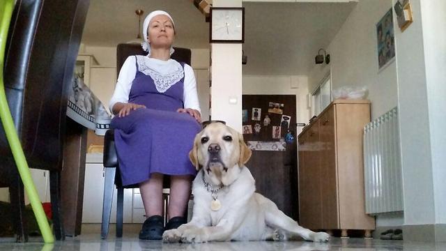 אורה דרשן והכלב אלמו (צילום: אלי מנדלבאום) (צילום: אלי מנדלבאום)