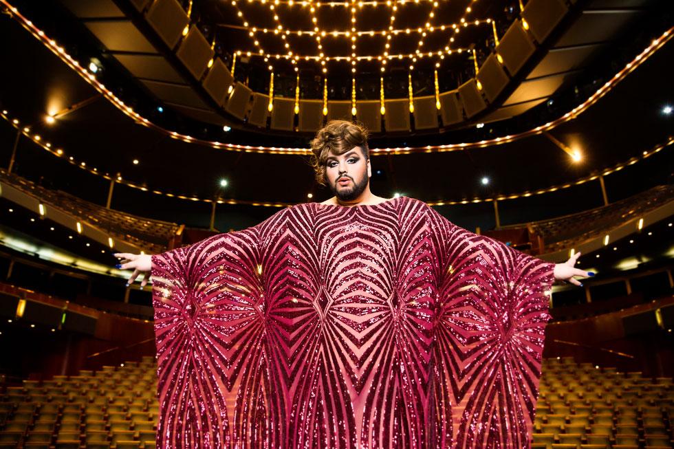 """אושר סבג במרכז לאמנויות הבמה בתל אביב, שבו הוא בדרך כלל שר אופרות. """"האופרה והדראג מאפשרים לי לבטא את עצמי"""" (צילום: ענבל מרמרי)"""