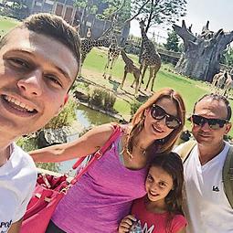 יפעת שאשא והמשפחה מטיילים בספארי