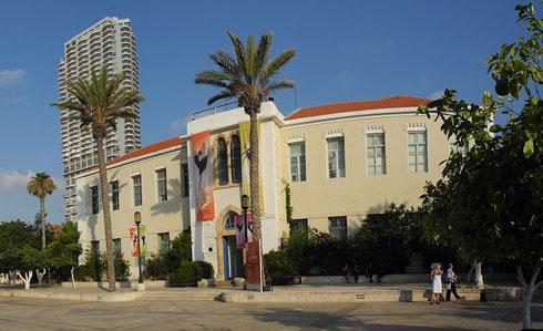 מרכז סוזן דלל. ההתערבות הבוטה של מגדל נוה צדק בשכונה (מאחור) מגיעה עכשיו לאדריכלות של המרכז עצמו (צילום: cc , Danny Lyulyev)