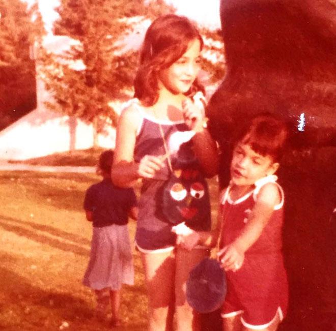 """מגל (משמאל) בילדותה. """"מבחינתי, הייתי עוד אחת מחברי 'השביעייה הסודית'"""" (צילום: אלבום פרטי)"""