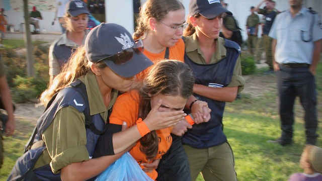 Settlers being forcibly evacuated from Gush Katif (Photo: Avi Moalem)