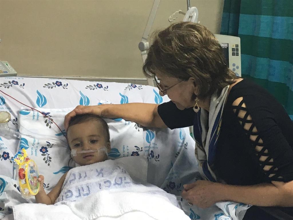 יחיא בבית החולים, עם המלווה האמריקנית-איראנית שלו  (צילום: הצל ליבו של ילד )