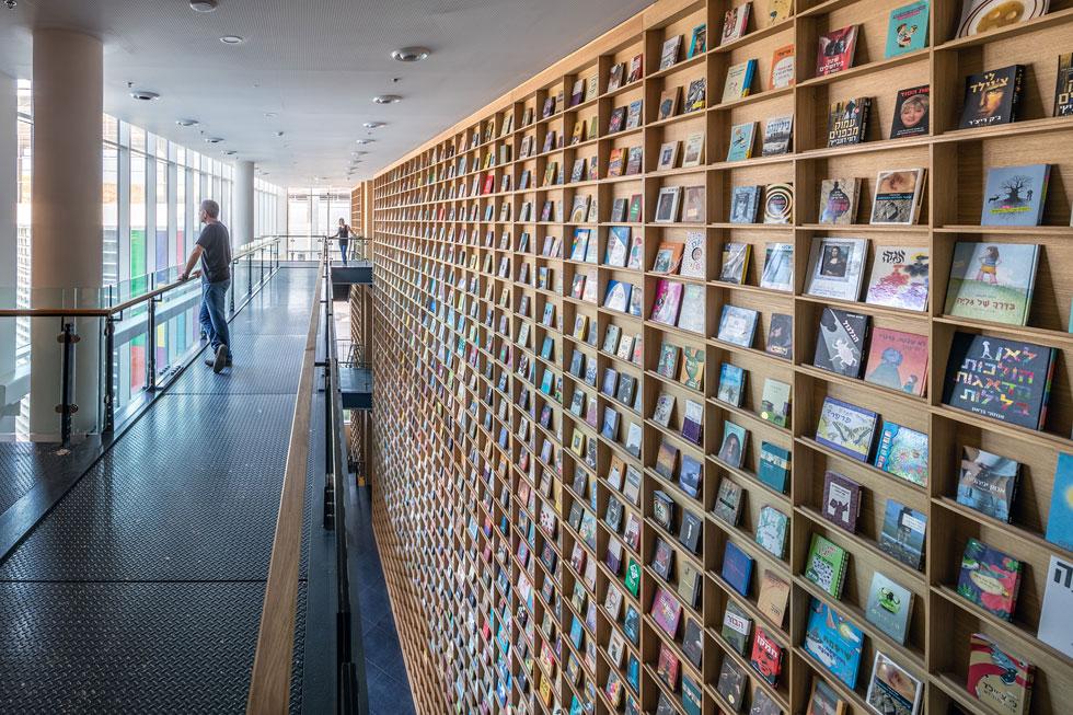 הספרייה עוצבה בהשראת מוזיאון ספרי הילדים של האדריכל היפני טדאו אנדו. התאים אינם עמוקים כמקובל בספריות, וכך הספרים ''יוצאים'' החוצה לעיני המבקרים (צילום: עוזי פורת)