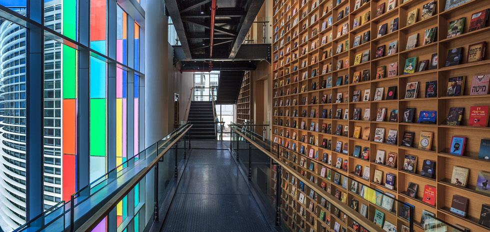 ספריית הראווה מיתמרת לגובה של כ-14 מטר ומציגה ספרים נבחרים של ההוצאה (צילום: עוזי פורת)