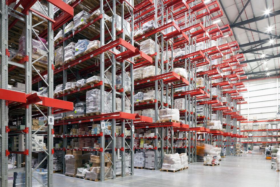 על מדפים אדומים שמתנשאים לגובה של כ-20 מטר, מאוחסנים מיליוני הספרים שמחכים להפצה (צילום: עוזי פורת)