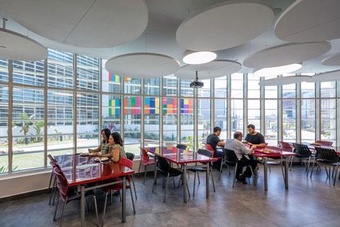 חדר האוכל של העובדים. יכולים לפתוח את היום על כוס קפה (צילום: עוזי פורת)