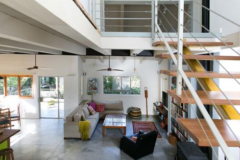 מבט מגרם המדרגות אל הסלון. חלון גדול בסלון מחדיר אור טבעי. דלת היציאה למרפסת, הסמוכה לפינת האוכל, הורחבה (צילום: שירן כרמל)