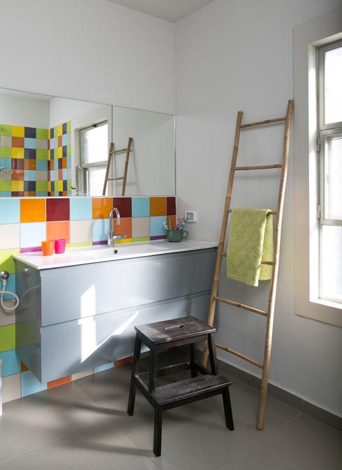 חדר הרחצה של הילדים בקומה השנייה חופה באריחים צבעוניים (צילום: שירן כרמל)