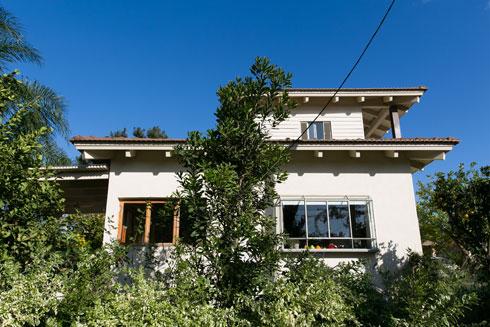 """הבית במבט מהצד והגינה שמקיפה אותו. """"הגינה הבוגרת היא חלק מאופיו של הבית"""", אומרת האדריכלית. לכן הוחלט לבנות קומה שנייה ולא להרחיב את הבית במפלס הקרקע   (צילום: שירן כרמל)"""