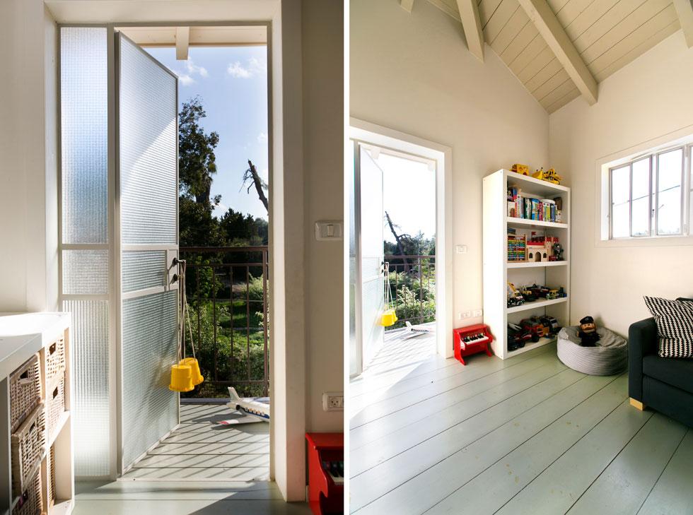 חדרי הילדים חופו בעץ בצבע תכלת, ובקומה יש מרפסת קטנה שמחפה את רחבת הכניסה לבית (צילום: שירן כרמל)