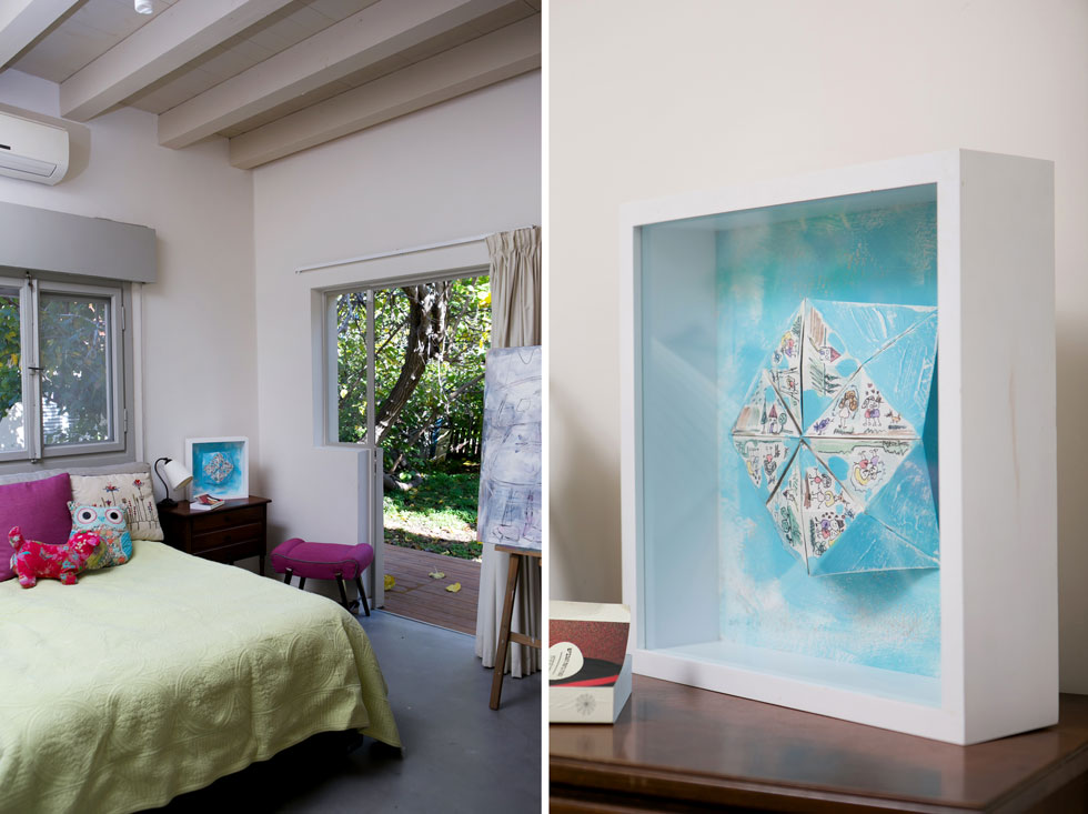 מחדר השינה של ההורים בקומה הראשונה יש יציאה למרפסת קטנה מחופה בדק. על השידה שליד המיטה עבודת אמנות תלת ממדית. סמוך לדלת היציאה למרפסת - כן ציור  (צילום: שירן כרמל)