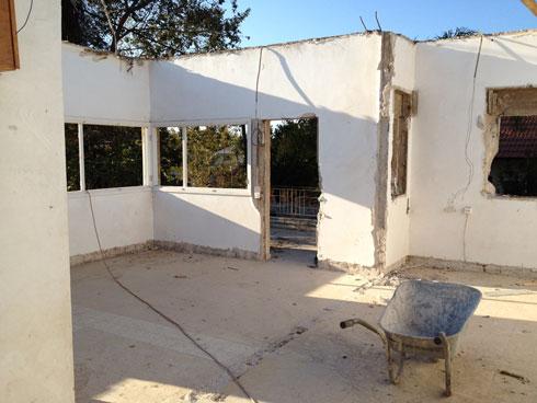 במהלך השיפוץ. בקומת הקרקע נהרסו חלק מהקירות הפנימיים. האזור הציבורי גדל על חשבון אחד מחדרי השינה וחדר הרחצה (צילום: מיכל שלגי)