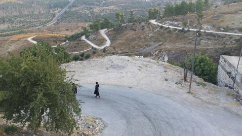 הדרך היורדת אל בית הקברות. בדרך כלל פקוקה (צילום: גיא נרדי)