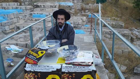 """בבית הקברות העתיק. """"לא יכול להיות"""", אומר ראש העירייה, """"שנכסי צאן הברזל של העם היהודי יתוחזקו מכספי הארנונה של תושבי צפת"""" (צילום: גיא נרדי)"""