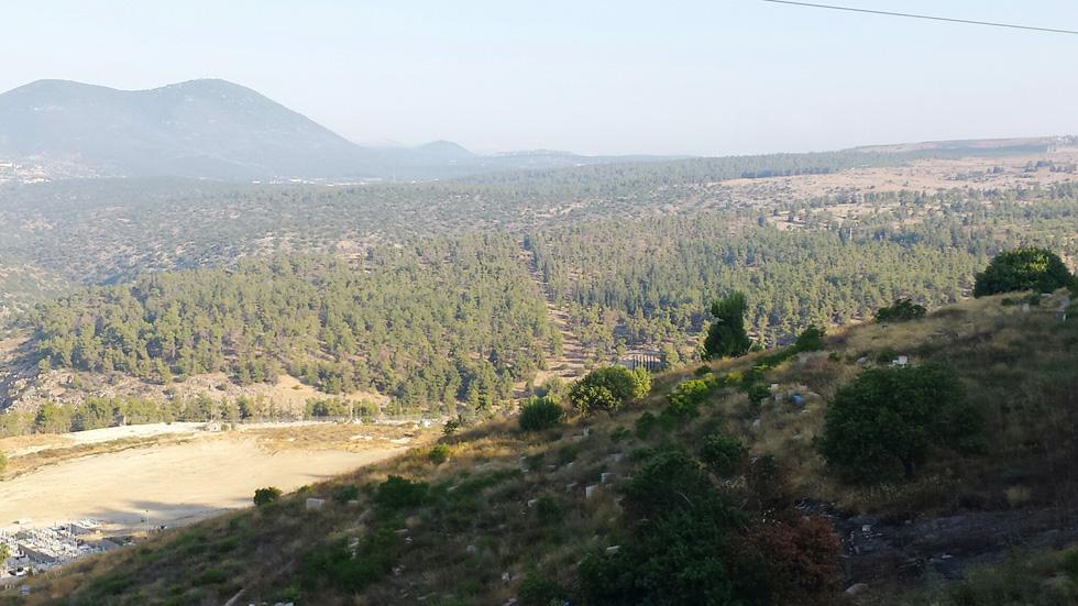 הר מירון בלב הנוף המרוחק. לדברי ראש העירייה יש ביקוש אדיר לנוף בצד הזה של העיר (צילום: גיא נרדי)