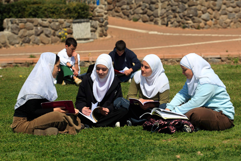 """תלמידות מוסלמיות בבית הספר כדורי. """"חשוב להעצים נשים מבחינה כלכלית, כדי שיידעו מה הזכויות שלהן ויצמחו"""" (צילום: שאול גולן)"""