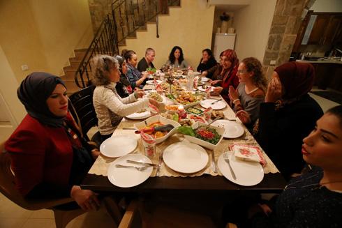 """מפגש יהודיות וערביות בגבעת חביבה. """"יש ויכוחים, אבל אף פעם אין צעקות"""" (צילום: ערן יופי כהן)"""