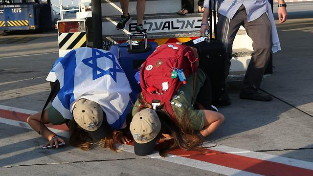 Репатрианты в аэропорту Бен-Гурион. Фото: Шауль Голан