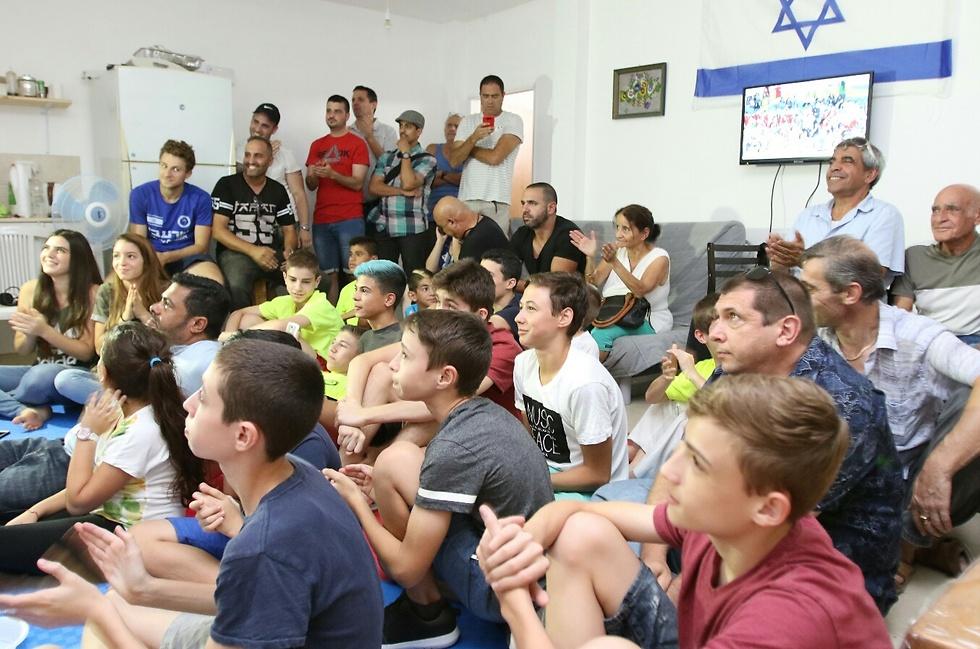 חברים וילדי המועדון בו מתחרה אטיאס צופים בקרב (צילום: אבי מועלם) (צילום: אבי מועלם)