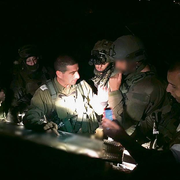 """מח""""ט יהודה לשעבר אל""""מ יריב בן־עזרא מתדרך את הכוחות בזירת הפיגוע שבו נרצחה דפנה מאיר ז""""ל. תמונת מצב שוטפת מקצינת המבצעים המיוחדים"""