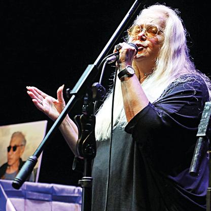 מירי אלוני שרה בטקס. צילום: שאול גולן