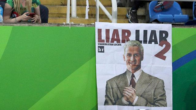 """כרזות עם תמונת לוכטה והכיתוב """"שקרן שקרן 2"""" באצטדיון האולימפי  (צילום: רויטרס) (צילום: רויטרס)"""