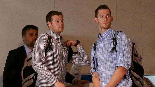"""השחיינים ג'ק קונגר וגאנר בנץ. הורדו מהמטוס, היום שבו לארה""""ב (צילום: רויטרס) (צילום: רויטרס)"""