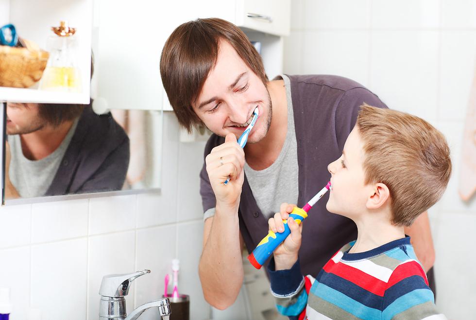 לצחצח יחד עם הילדים. דוגמה אישית (צילום: shutterstock) (צילום: shutterstock)