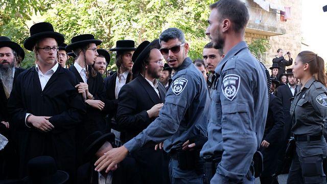 מפגינים בבירה נגד מעצר העריק, הערב (צילום: יואב דודקוביץ') (צילום: יואב דודקוביץ')