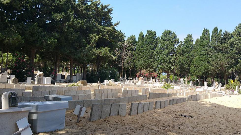 """חלקת עוברים בבית הקברות הישן בחיפה. """"העבודה שלנו בשטח משמעותית מאוד"""" (צילום: Shani Evenstein, cc)"""