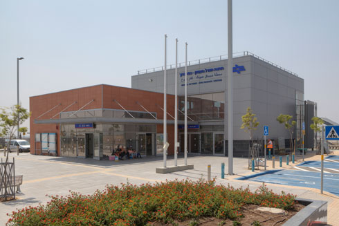 תחנת כפר ברוך. עיצוב היי-טקי, שנראה אחרת מבפנים (אפשר לראות בסרטון למעלה) (צילום: עמרי טלמור)