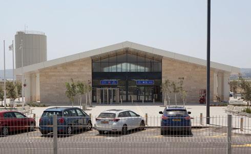תחנת כפר יהושע. גג משופע, וברקע מגדל המים החדש (צילום: עמרי טלמור)