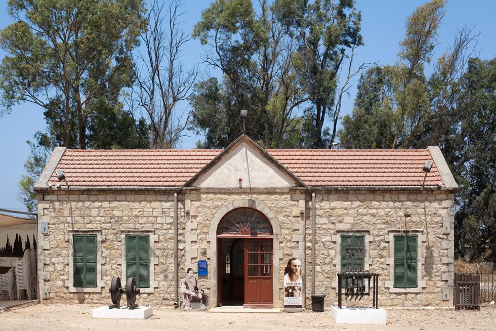 התחנה ההיסטורית בכפר יהושע-יקנעם, בלב עמק יזרעאל, עדיין בולטת יותר בייחודה מהתחנה החדשה שנבנתה בסמוך לה (צילום: עמרי טלמור)