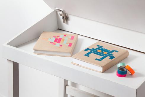 עטיפות ספרים מנייר חום המעטור בוואשי טייפ (צילום: טל ניסים)