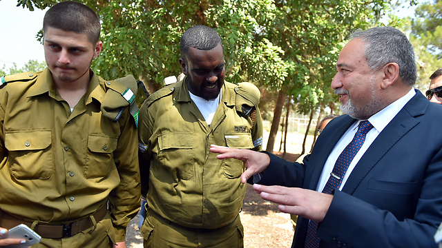 Avigdor Lieberman addressing Education Corps soldiers in the Galilee (Photo: Ministry of Defense)