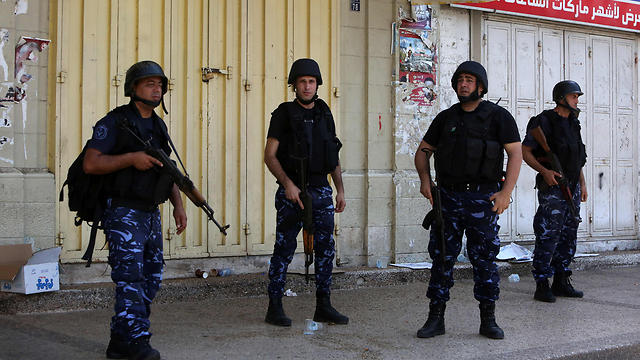Palestinian security forces stand guard as riots take place in Nablus (Photo: AFP) (Photo: AFP)