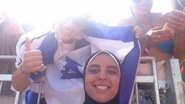 רבאשי והיהודייה עם דגל ישראל ()