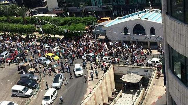 מפגינים בשכם במחאה על הלינץ' ()