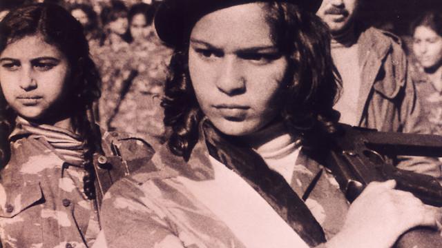 """נערה פלסטינית לוחמת. מתוך """"Off Frame"""""""