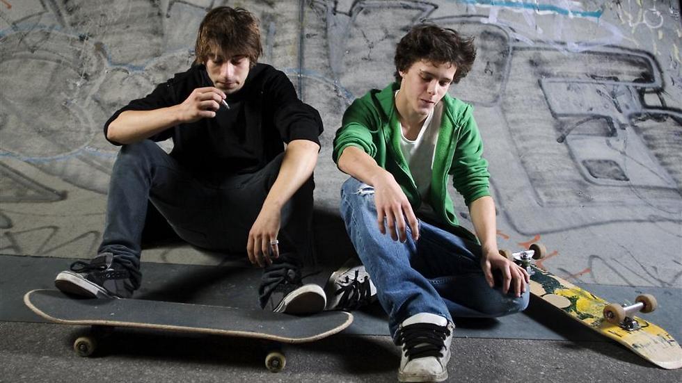 שני נערים חשודים במעשה - אילוסטרציה (צילום: shutterstock )