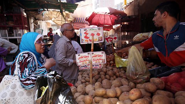 המשטר מנסה להוריד את מחירי המזון עבור העניים (צילום: EPA)