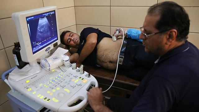 בדיקה רפואית לפני מכירת כליה במרפאה בטהרן (צילום: AP) (צילום: AP)