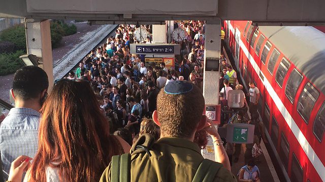 Delays in Tel Aviv train station due to the fire (Photo: Gilad Carmeli)