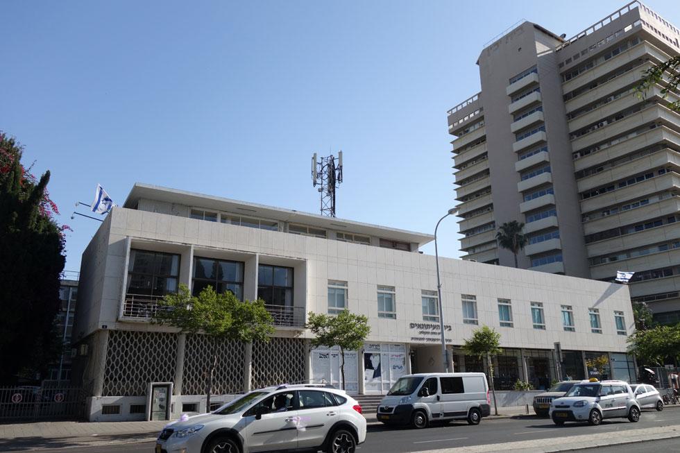 בית סוקולוב ברחוב קפלן בת''א הוא אחת העבודות הידועות של המשרד, ולו בגלל נוכחותו ברחוב הראשי (צילום: מיכאל יעקובסון)