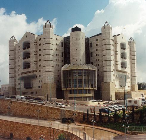 בית המשפט בנצרת לא ייזכר, כך נדמה, כאחת מיצירות המופת של המשרד. מתנשא כטירה אירופאית מעל העיר הערבית (צילום: אבי חי)