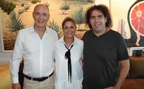 """מימין: יוסי גביזון, מנכ""""ל קבוצת הודיס, אתי וגבי רוטר, מנכ""""לים משותפים של קסטרו  (צילום: אביב חופי)"""